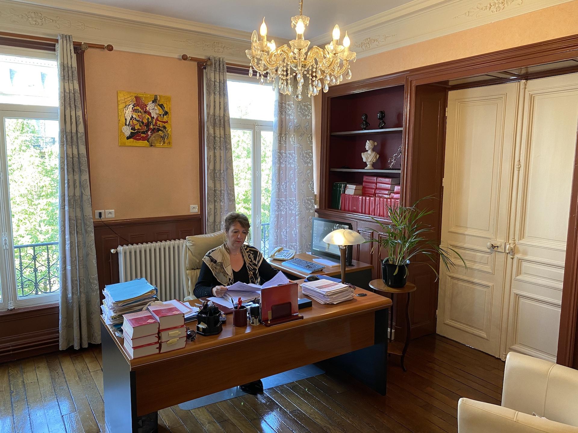 Me Angélique LIGNOT à son bureau